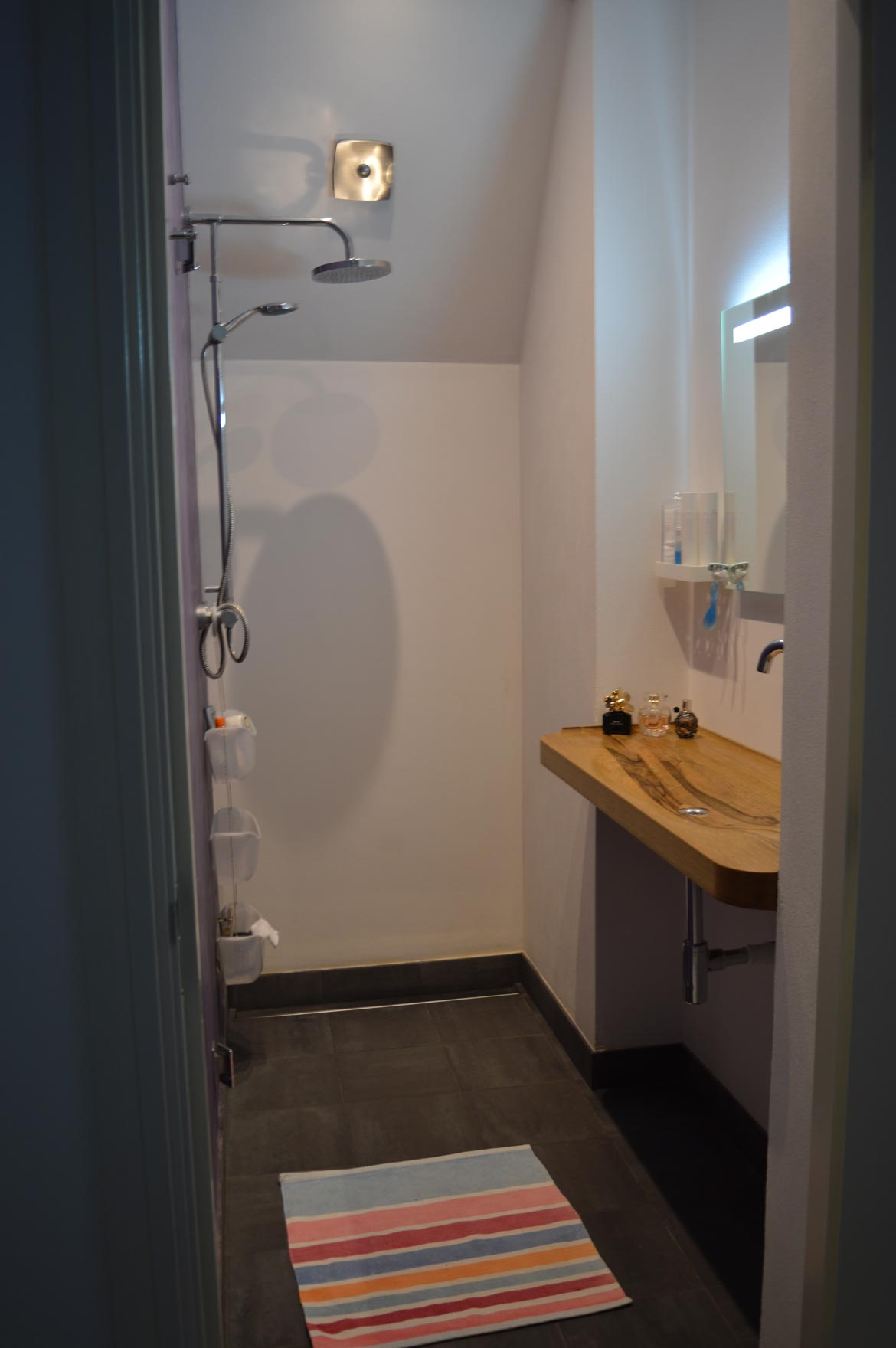 Badkamer hout wastafel: sfeervolle badkamer met houtafwerking ...