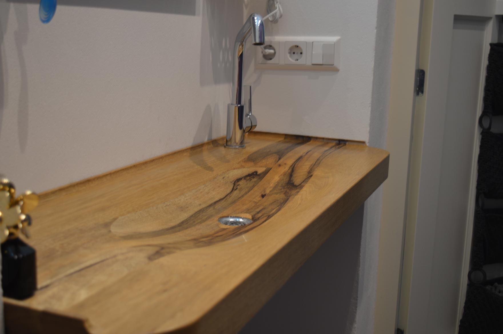 Houten wastafel op maat in kleine badkamer