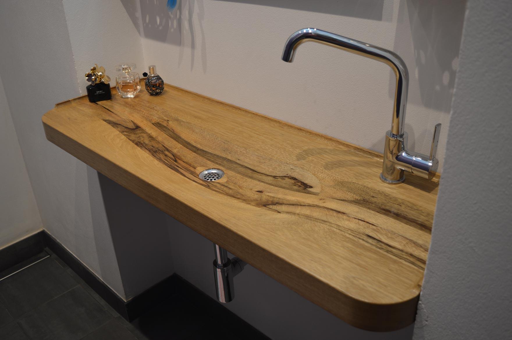 Houten wastafel op maat in kleine amsterdamse badkamer